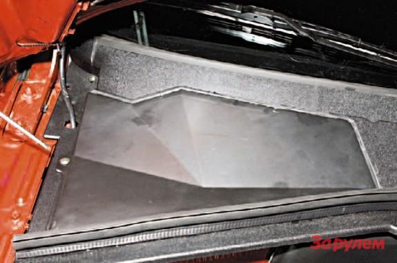 Открутите крепежный винт крышки салонного фильтра с использованием крестовой отвертки.