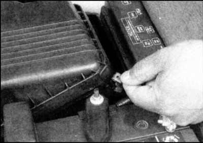 Чтобы заменить фильтр воздушного потока вам необходимо отсоединить 4-е фиксирующих устройства на пружинах. Они крепят колпак к кожуху фильтра.