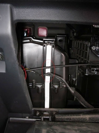 В модели Хендай Гетц имеется два салонных фильтра. Они снимаются по очереди.