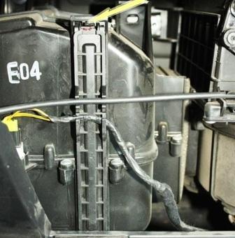 За бардачком находится крышка блока салонного фильтра. Дверца блока располагается вертикально. На нее необходимо нажать, после чего ее можно снять.