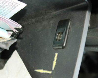 По обоим сторон находятся фиксирующие защелки, их необходимо сдвинуть, после чего вы сможете вытащить ящик бардачка.