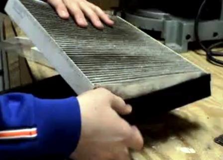 Салонный фильтр Хонда Аккорд расположен в каркасе. Установите новый сменный элемент.