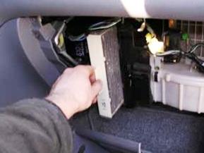Извлеките старый салонный фильтр, протрите посадочное место и поставьте новый сменный блок на Хонда CRV