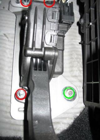 Откручиваем 3 гайки расположенные на педали газа, чтобы получить доступ к салонному фильтру Форд Фокус