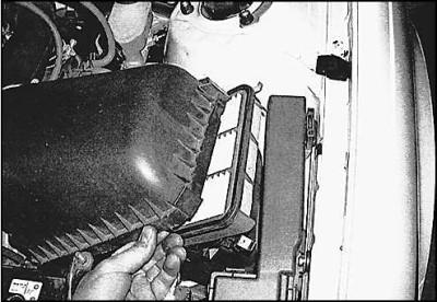 Открываем крышку воздушного фильтра и меняем его