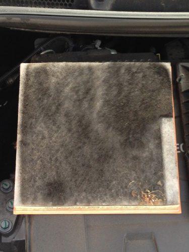 Вот так выглядит сменный элемент фильтра воздушного потока автомобиля Опель Астра с пробегом в 10 тысяч километров по мегаполису.