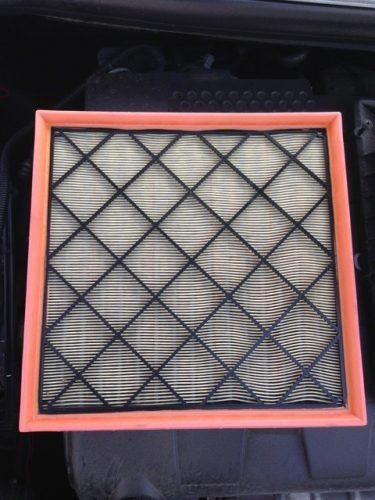 Снимите колпак короба фильтра воздушного потока и извлеките сменный элемент воздушного фильтра.