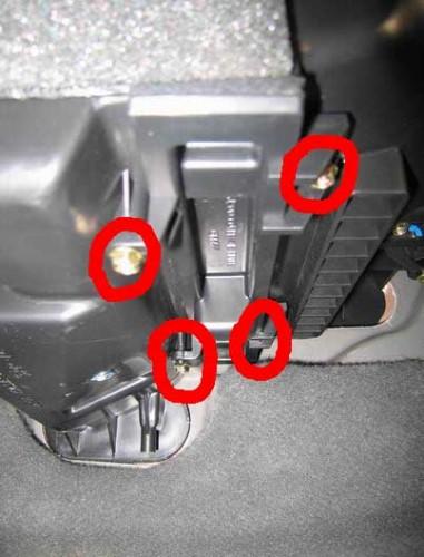 Откручиваем 4 болта для доступа к салонному фильтру Chevrolet Lacetti