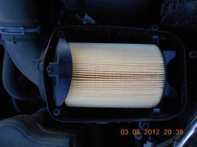 Проводим очистку короба фильтра и размещаем новый фильтрующий элемент.