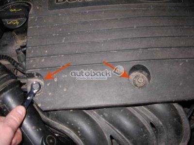 Кожух фильтра потока удерживается на двух расположенных сзади направляющих. Снимите корпус, аккуратно потянув его вверх. Для облегчения снятия можете немного его покачать.