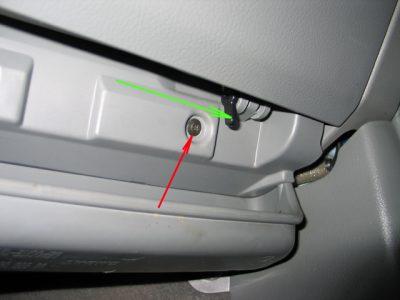 Зелеными стрелками обозначены петли, на которых перемещается крышка бардачка.