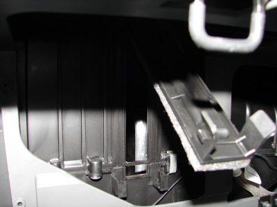 Салонный фильтр состоит из двух частей. К первой части при установке необходимо приклеить поролоновую полоску, которая идет в комплекте поставки фильтра.