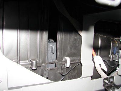 Опустите вставленную конструкцию вниз, и поместите в паз вторую часть сменного элемента.