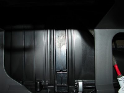 Уставите на место заглушку (напомним, она располагается внизу и крепится фиксаторами), после чего вставьте бардачок на место и закройте его.