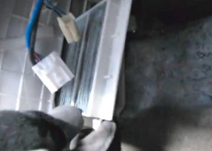 Извлекаем старый салонный фильтр на Мазда 5 и ставим новый
