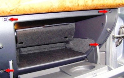 Откручиваем 4 самореза для снятия бардачка на Opel Astra