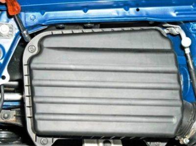 Откручиваем ботлты крепления воздушного фильтра Chevrolet Lacetti