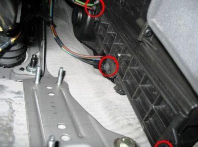 Открутите три самореза, которыми крепится крышка салонного фильтра. Лучше всего использовать для этого накидную головку.