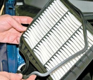 Производим замену воздушного фильтра