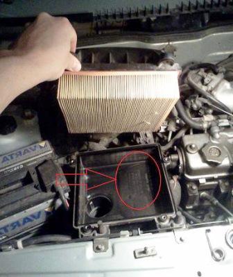 Протираем грязь внутри фильтра и производим замену воздушного фильтра на Ваз 2114