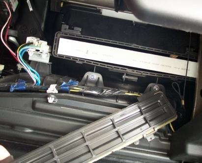 Снимаем крышку салонного фильтра и вынимаем старый фильтр