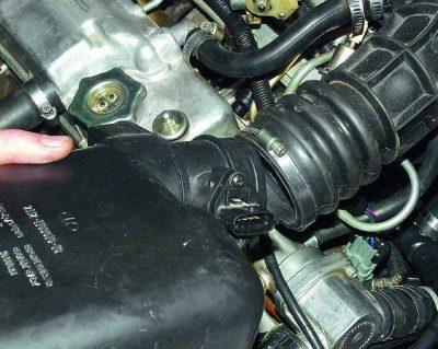 Извлеките фильтр, не забыв отстыковать трубу притока воздуха от короба фильтра.