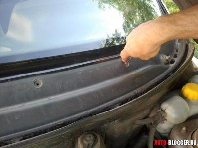 Откручиваем винты крепящие пластиковую панель Lada 2110