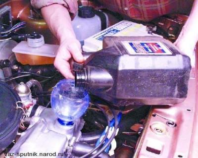 Заливаем маслов двигатель с помощью пластиковой бутылки (горлышка)
