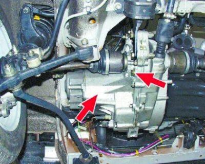 Пробка слива трансмиссионного масла на коробке передач ВАЗ 2109 насположена на ее нижней поверхности.