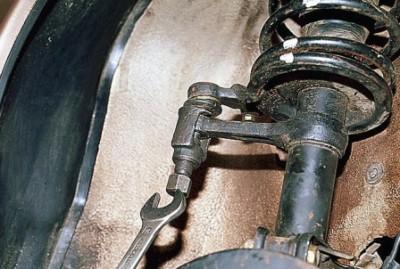 Откручиваем гайку крепления рулевого наконечника
