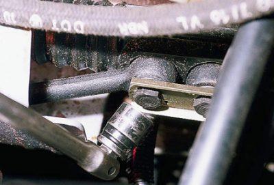 Затем раскручиваем болт, фиксирующий рулевую тягу.