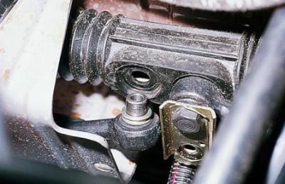 Частично раскручиваем болт правого узла крепления и отводим в сторону металлическую пластину.