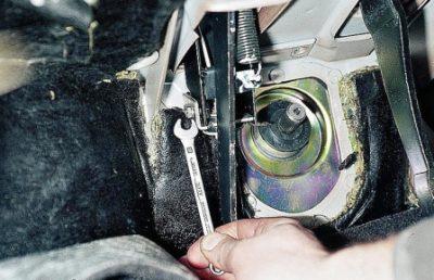 Переместитесь в кабину автомобиля и используя ключ с размерностью «8» демонтируйте пластину опоры.