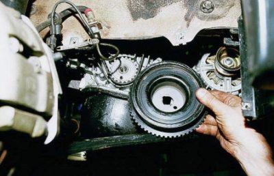 Демонтируйте механизм колеса шкива и отведите его.