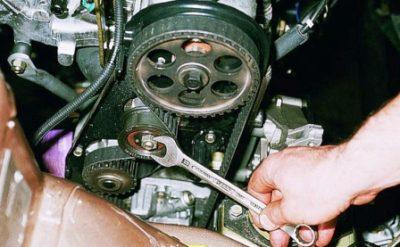 Затем, используя ключ с размерностью «17» ослабьте гайку, расположенную на натяжителе.