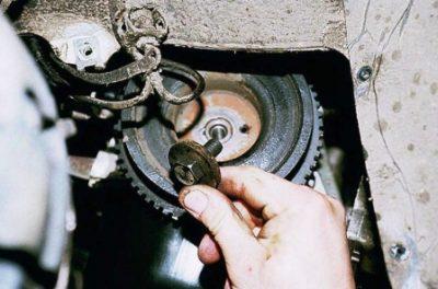 Демонтируйте генераторный шкив. Используйте накидную головку с размерностью «19».