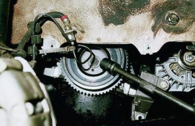После этого снимите колесо, расположенное справа впереди. После чего демонтируйте защиту колесной арки. Перед вами – генераторный шкив. С использованием накидной головки с размерностью «19» начните поворачивать шкив.