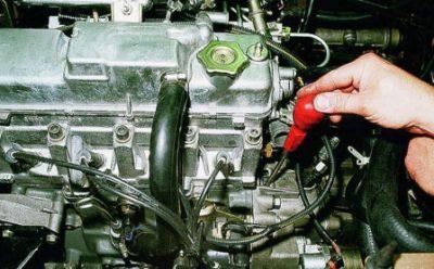 Разместите в контрольном окне жало отвертки и заблокируйте вращающийся механизм колеса маховика.