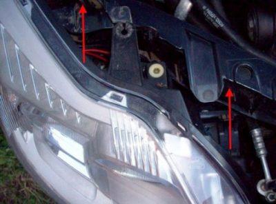Затем разместите на место все извлеченные заглушки и установите на место до характерного щелчка корпус фары.