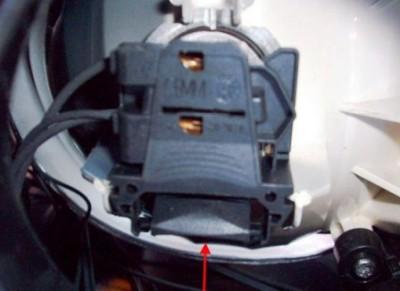Обратите внимание на электрический штекер на корпусе фары. Нажмите на него в нижней части и потяните на себя.