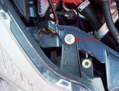 Откройте капот и выверните финт верхнего узла крепления фары ближнего освещения.