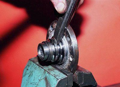 После чего воздействием ударов зубила сдвиньте кольцо подшипника.