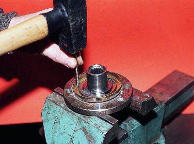 Установите кольцо, защищающее деталь от грязи. Ударами керна зафиксируйте его положение со ступицей.
