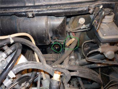 Расстыкуйте провод «минус» от узла вентилятора.