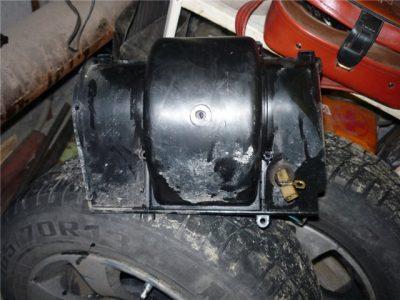 Демонтируйте перед вентиляторного корпуса в сборе с самим вентилятором.