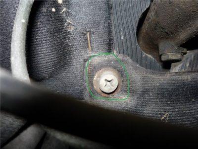 Снимите винт, фиксирующий жало. Он расположен под главным цилиндром тормозной системы.