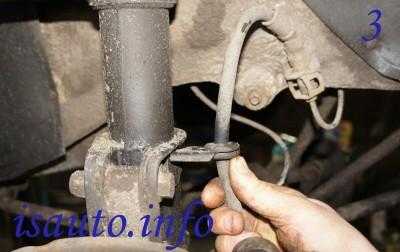 Полностью снимите болты, фиксирующее переднее колесо, снимите его. Освободите шланг тормозной системы из стоечного кронштейна.