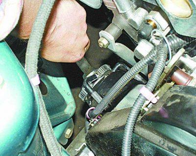 Откручиваем защитный кожух на двигателе