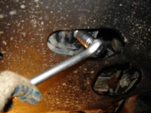 Откручиваем болты на защите двигателя