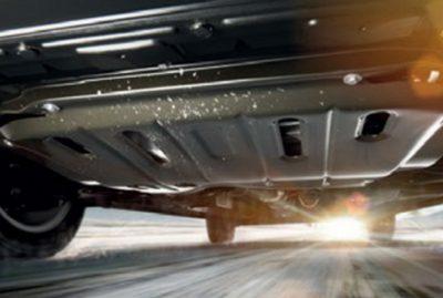 Откручиваем крышку защиты двигателя чтобы добраться к сливной пробке